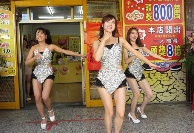 美女现场跳舞